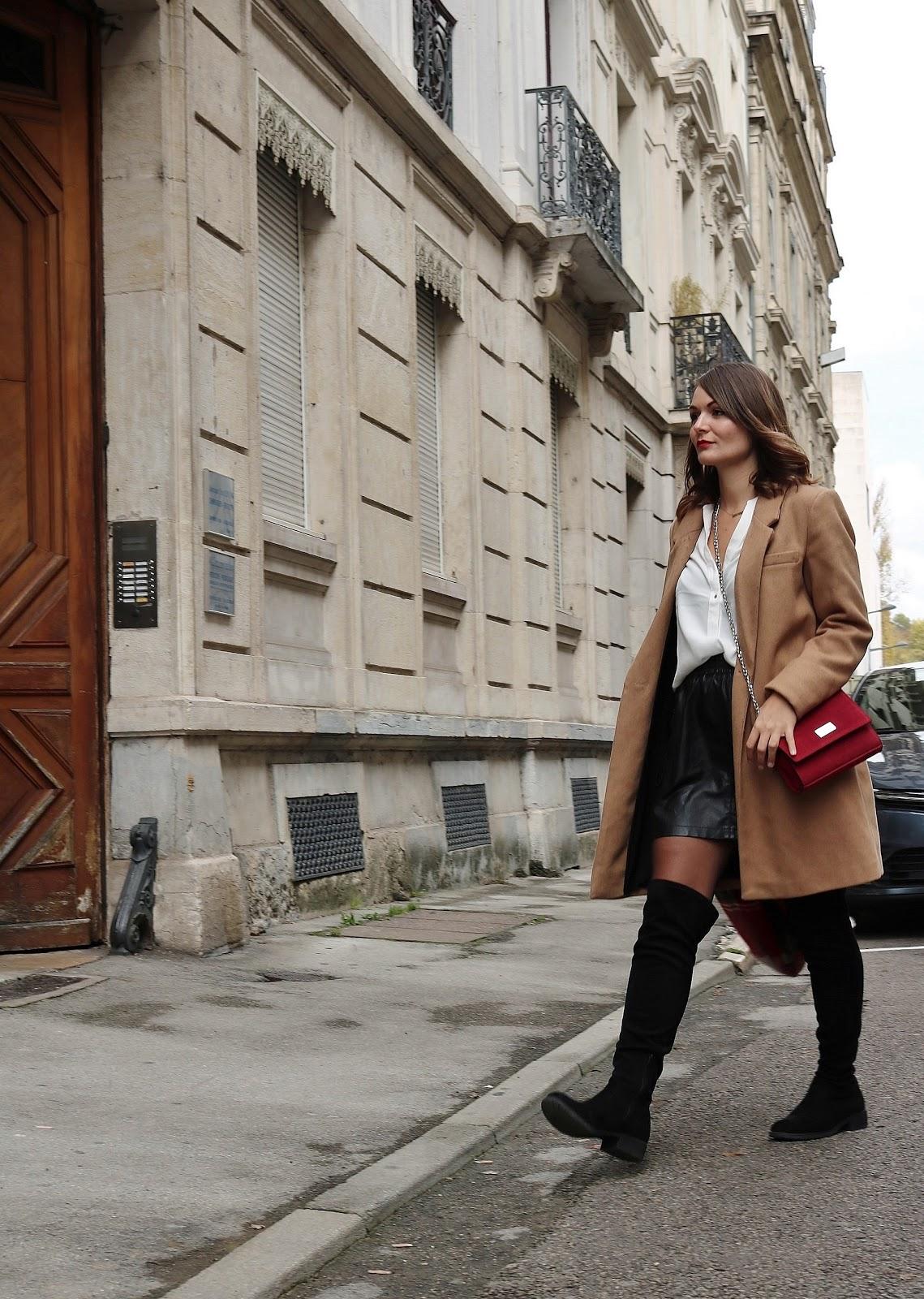 pauline dress blog mode déco lifestyle besancon tenue octobre 2017 cuissardes jupe similicuir blouse blanche manteau camel sac rouge grosse echarpe sans écharpe