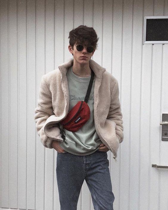 look masculino com jaqueta e pochete