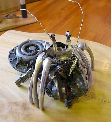 escultura con partes de autos