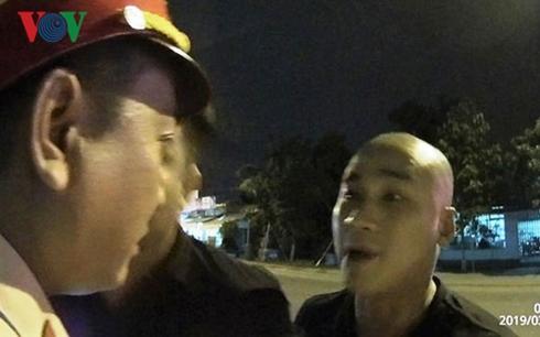 Côn đồ Quảng Ngãi đòi lấy súng bắn Cảnh sát giao thông