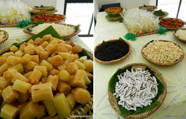 Complementos do caruru: rolete de cana e fatias de coco