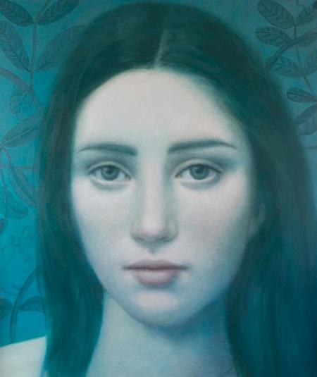 Obra de arte: retrato de una joven con mirada fija al espectador en tonos azules al fondo y detalles naturalistas.