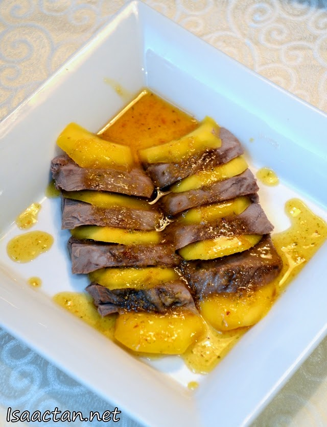 Sliced duck meat with mango and spicy sauce