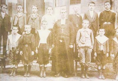Frère Léonce et ses élèves, école du Magny-Montceau (collection musée)