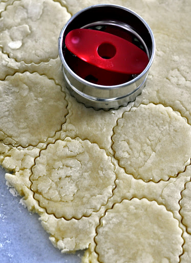 Cutting-Linzer-Cookies-tasteasyougo.com