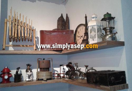 GAYA :  Sekumpulan alat alat rumah tangga yang sudah lama kita kenal dipajang di Honjee mencoba menghadirkan kesan klasik dan menggoda kenangan kita di masa lalu.  Foto Asep Haryono