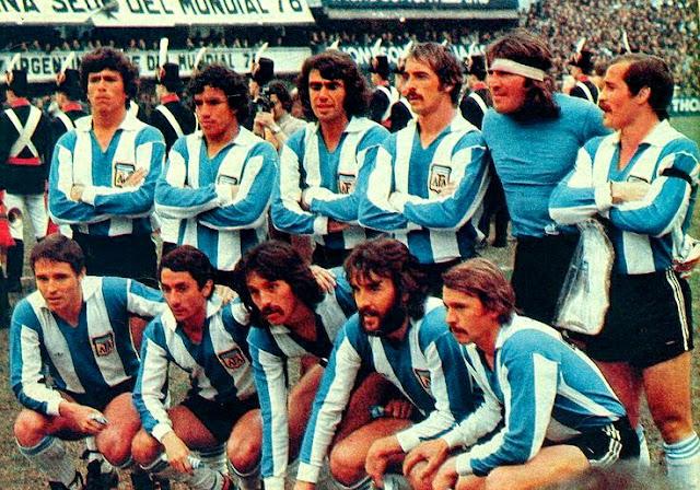 SELECCIÓN DE ARGENTINA. Temporada 1976-77. Passarella, Gallego, Olguín, Pernía, Gatti, Carrascosa; Bertoni, Ardiles, Luque, Villa y Larrosa. SELECCIÓN DE ARGENTINA 1 (Passarella) SELECCIÓN DE LA REPÚBLICA FEDERAL DE ALEMANIA 3 (Klaus Fischer 2, Hölzenbein). 05/06/1977. Partido internacional amistoso. Buenos Aires, Argentina, estadio de La Bombonera.