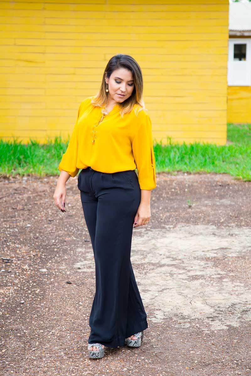 Look do dia: calça pantalona preta e camisa mostarda
