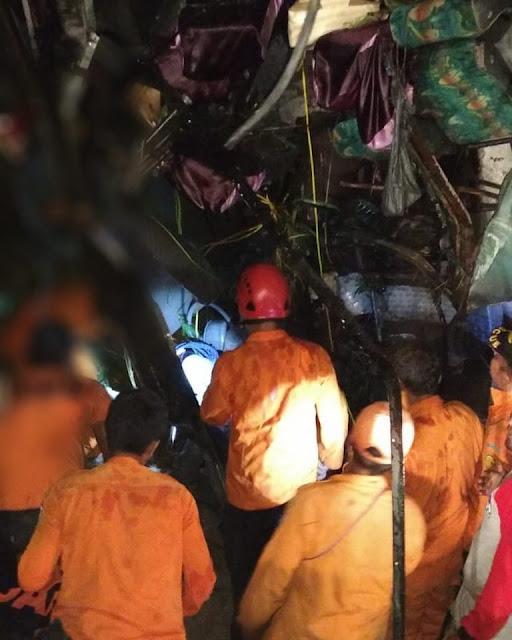 Tim basarnar melakukan evakuasi bus yang masuk jurang di Tobasa.