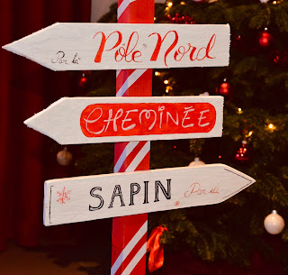 Panneau rouge et blanc indiquant  le pôle nord et le sapin de noël
