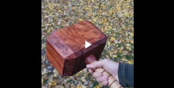 Fiz um Mjolnir de madeira
