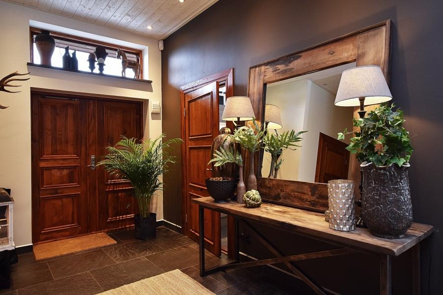 Klasyczna elegancja z rustykalną nutą, wystrój wnętrz, wnętrza, urządzanie mieszkania, dom, home decor, dekoracje, aranżacje, styl klasyczny, styl rustykalny, drewno, przedpokój