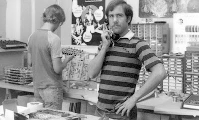 Dave Smith y Dave Stempson en la factoría de Sequential Circuits hacia 1977 durante el ensamblaje del Model 700 Programmer.