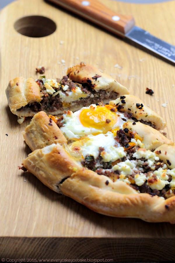 pizza po turecku - pide z mieloną wołowiną i jajkiem
