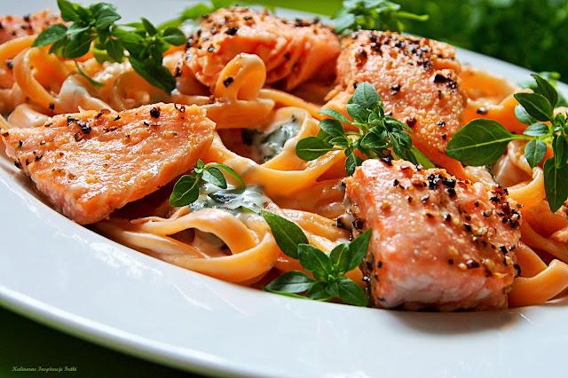 Tagliolina w sosie gorgonzola z łososiem i tajską bazylią