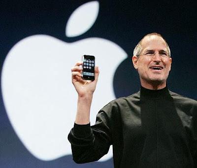Foto de Steve Jobs mostrado su celular