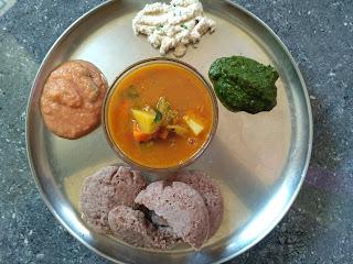Fire cooked dinner - Maappillai samba Idli,  Carrot Potato ChowChow Sambar,  Mint Chutney, Tomato Chutney, Coconut Chutney