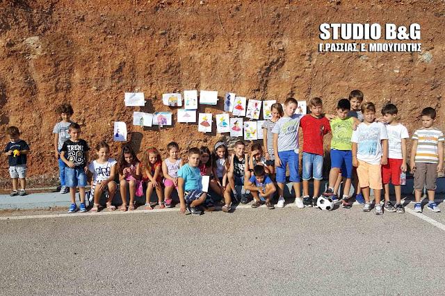 Μαθητές και γονείς συνεχίζουν τις κινητοποιήσεις τους στο κλειστό Δημοτικό σχολείο των Μύλων (βίντεο)