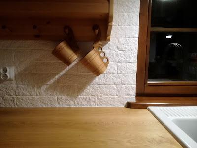 Kuchnia z białą ceglaną ścianą