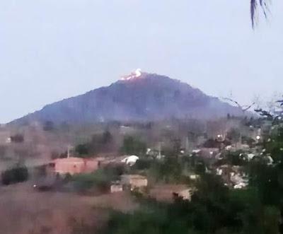No fim da tarde desta terça, 16 de outubro de 2018, populares avistaram por volta das 17h uma leve fumaça vinda do Monte da Santa Cruz, em Mairi. Após alguns minutos já foi possível ver da cidade uma grande chama tomando conta do Monte.