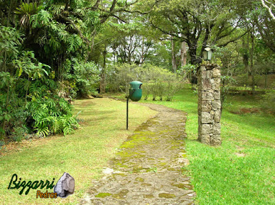 Piso de pedra, com pedra moledo, com espessura de 10 cm a 20 cm em área de lazer de condomínio em Atibaia-SP com o lampião de pedra e a execução do paisagismo natural.