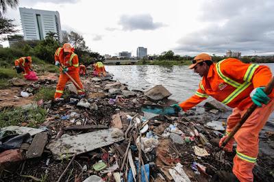 Recuo do Guaiba deixa amostra o lixo produzido pela população de Porto Alegre. Foto: Joel Vargas / DMLU