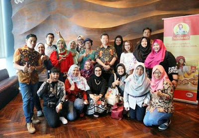 foto bersama teman bloggers dan bapak kafi kurnia di acara makan enak di amuz gourmet restaurant