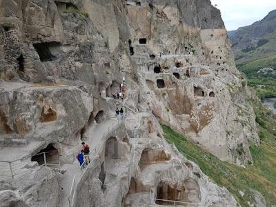 Monasterio excavado en la roca de Vardzia