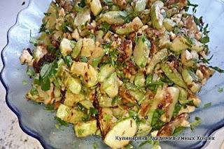 салат с жареными кабачками, чесноком и орехами