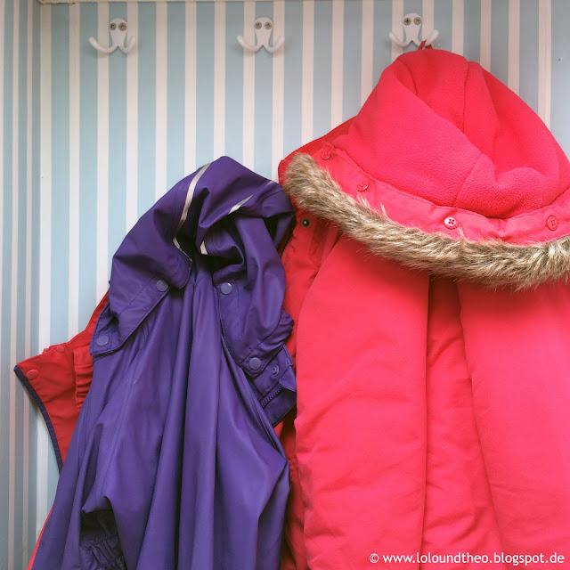 Jacken hängen an Haken