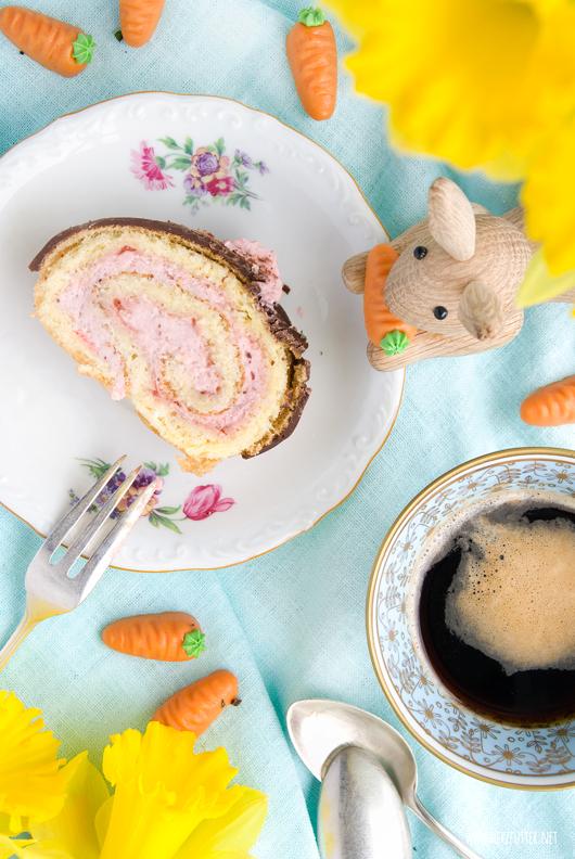Weiße Schokolade, Erdbeeren und Frischkäse in der Biskuitrolle