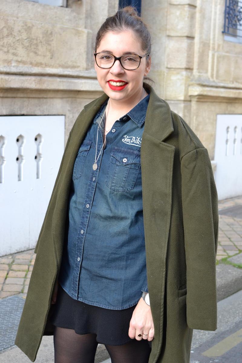 manteau kaki sheinside, chemise en jean von Dutch, jupe H&M, collier l'atelier d'amaya