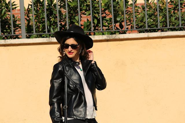 occhiali, giacca e cappello nero