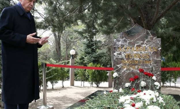 Προσκύνημα του Ερντογάν στον τάφο του ιδρυτή των Γκρίζων Λύκων, Α. Τουρκές