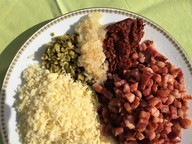 Zutaten Speckbrot: Reibkäse, Oliven, Zwiebeln, Tomaten, Speck
