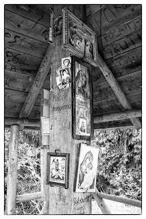 A Mócok templomának építményét tartó oszlop szent képekkel