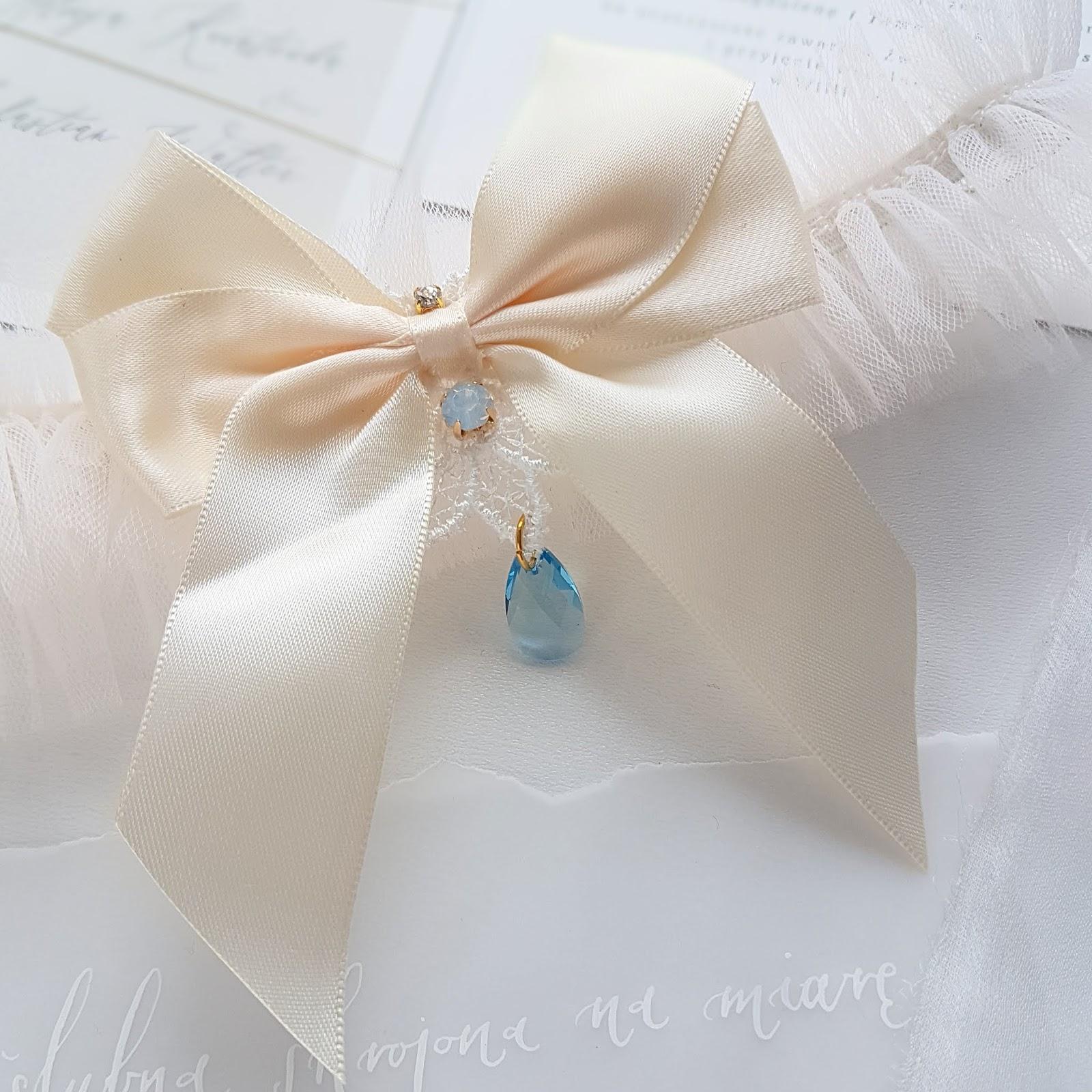 Podwiązka ślubna z błękitnym kryształkiem Swarovski.