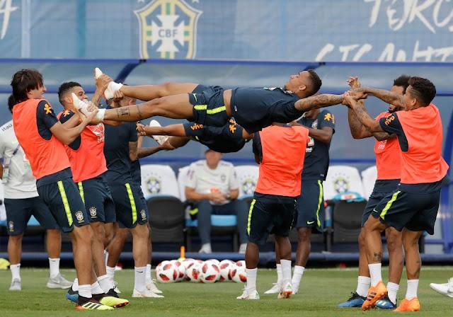 Neymar ăn vạ mua vui cho đồng đội 2
