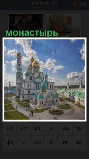 монастырь с башнями освещен солнечными лучами