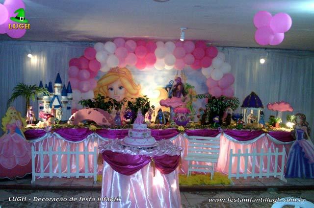 Mesa luxo tradicional forradas com toalhas de tecido - Decoração de aniversário infantil feminino tema Barbie e as Três Mosqueteiras