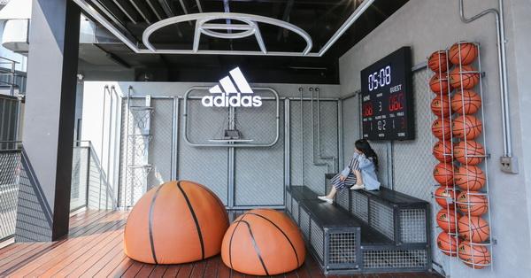 《台中.西區》adidas愛迪達綠園道門市-三片葉空中花園、顛倒籃球場,好逛好拍