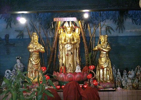 Patung Vihara Avalokitesvara (Kwan Im Kiong)