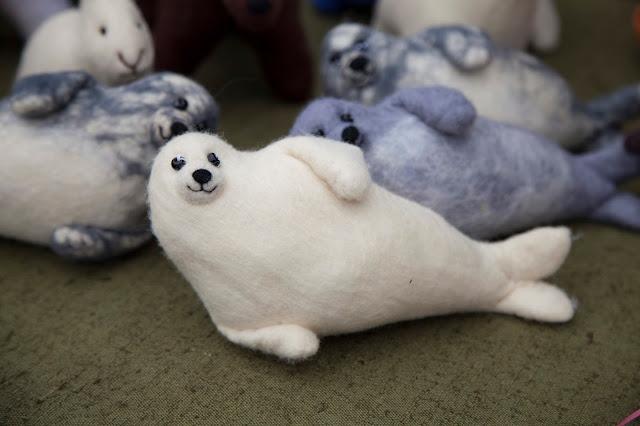 Тюлень из шерсти.