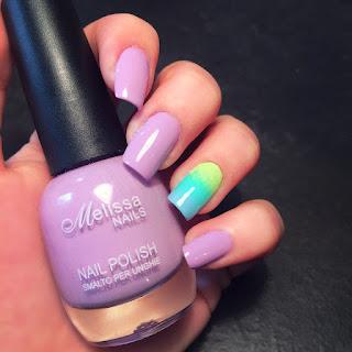 nail art bellissima rosa e con il dito anulare sfumato con le tonalità di verde adatta in ogni occasione ma in particolar modo al segno dei Pesci. moderna semplice e creativa