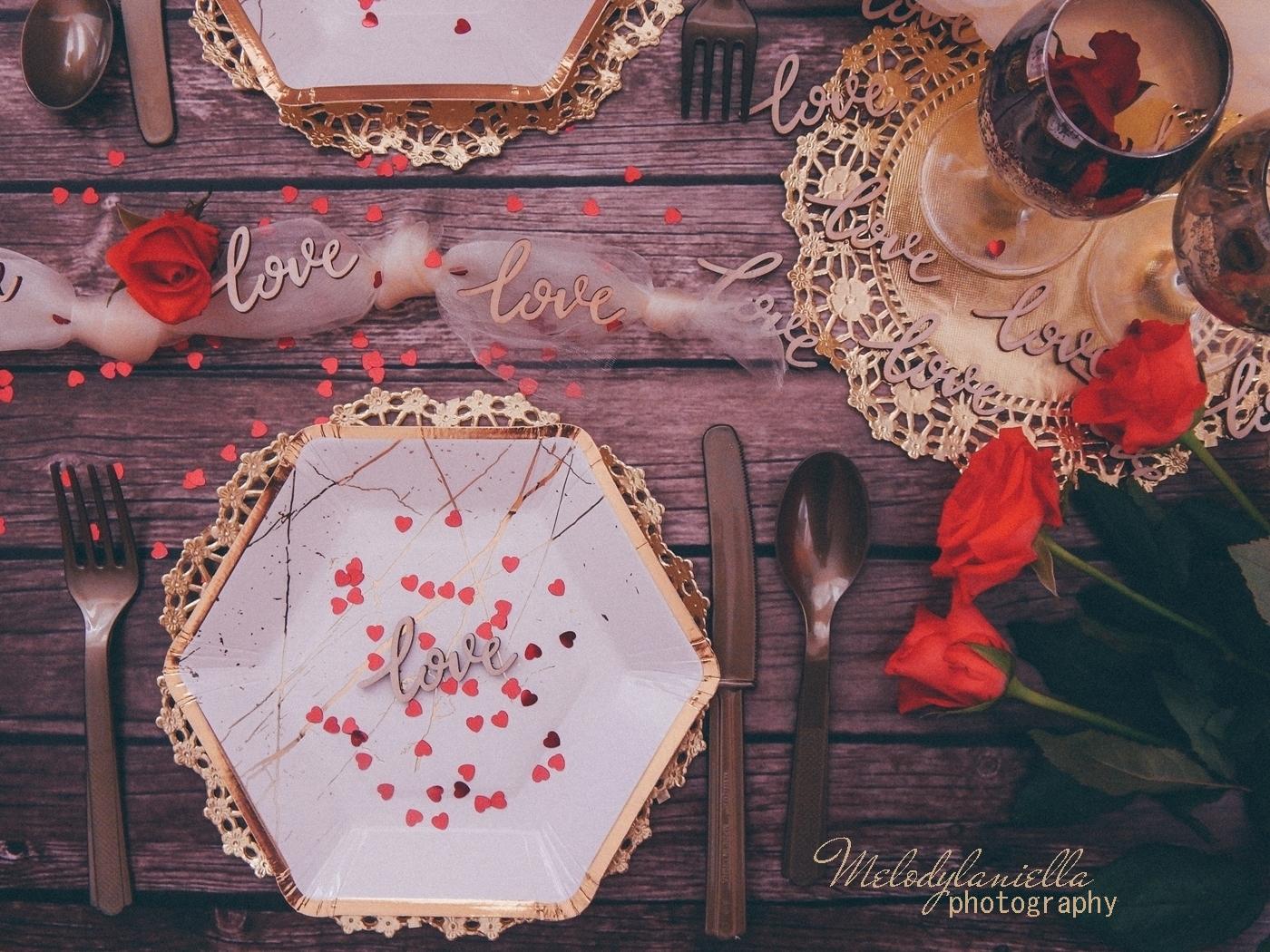 14 złote dodatki dekoracyjne ażurowe serwetki jednorazowe talerze dodatki na imprezu urodziny wieczór panieński pomysły złote konfetti serca marmur złoto kieliszki zastawa talerze