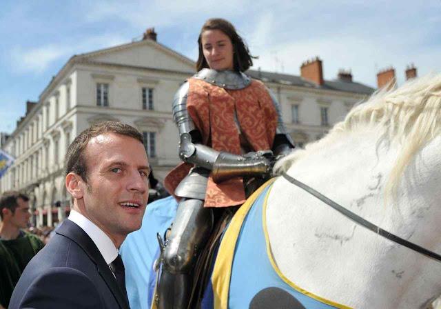 Para obter votos o futuro presidente Macron foi se fotografar na festa de Santa Joana d'Arc em Orleans