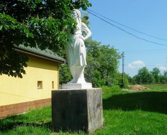 Подгорцы. Памятник труженице села возле Народного дома