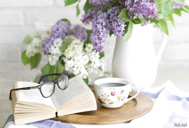 ảnh sách, hoa, cafe và cặp kính mắt