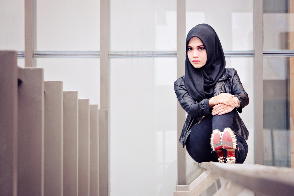 Foto model hijab cantik pakai jins ke kampus untuk kuliah mahasiswi seksi