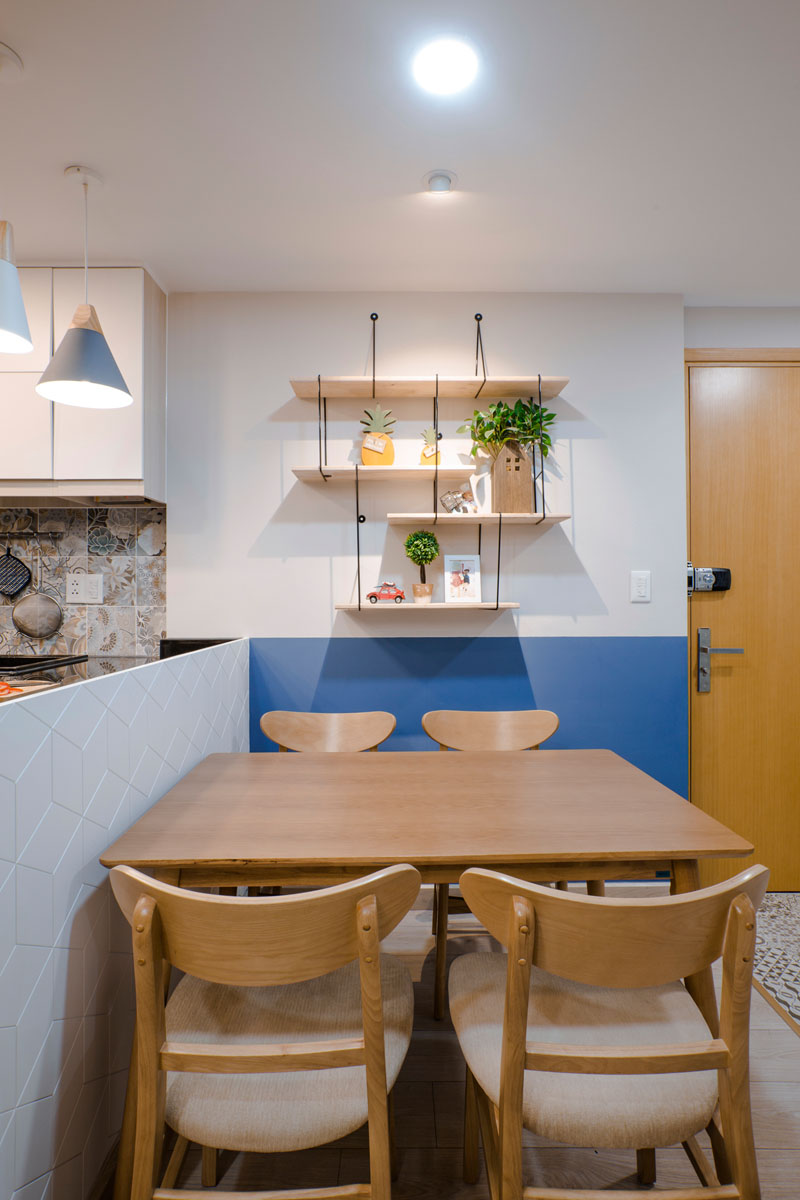 blue-and-white-wall-dining-shelving-020518-1252-03 Fantastic Blue And Yellow Decorating Ideas Keep This Small Apartment Fun And Bright Interior
